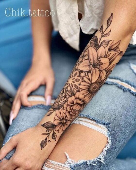 Brazo cubierto con tatuajes ;18 Tatuajes botánicos para hacer de tu piel un jardín secreto
