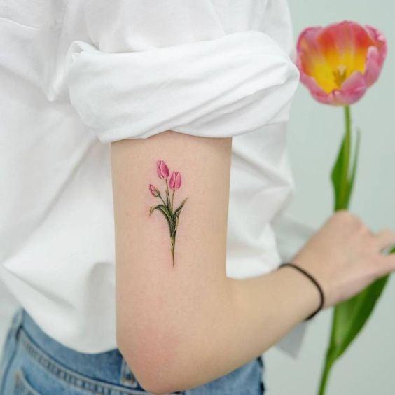 Tatuajes de tulipanes ;18 Tatuajes botánicos para hacer de tu piel un jardín secreto