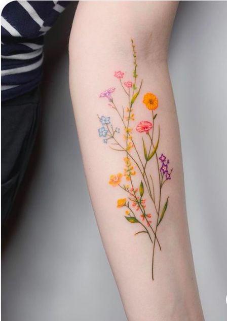 tatuaje con flores de colores ;18 Tatuajes botánicos para hacer de tu piel un jardín secreto