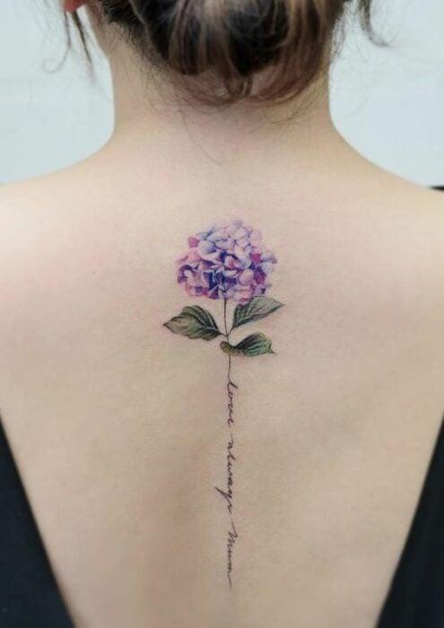 Tatuaje en la espalda de flor morada ;18 Tatuajes botánicos para hacer de tu piel un jardín secreto