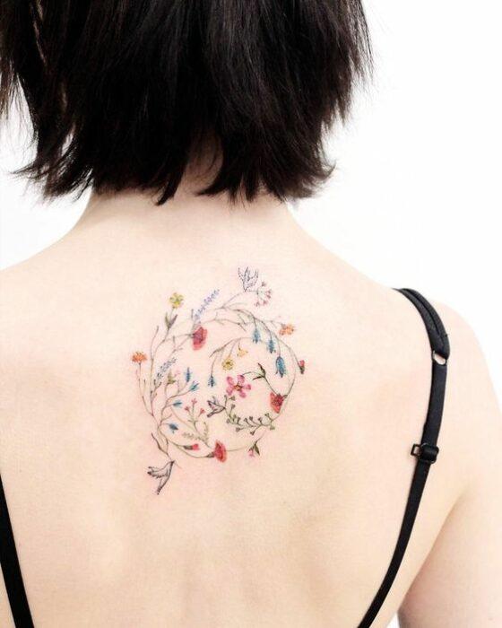espalda con tatuajes de flores pequeñas ;18 Tatuajes botánicos para hacer de tu piel un jardín secreto