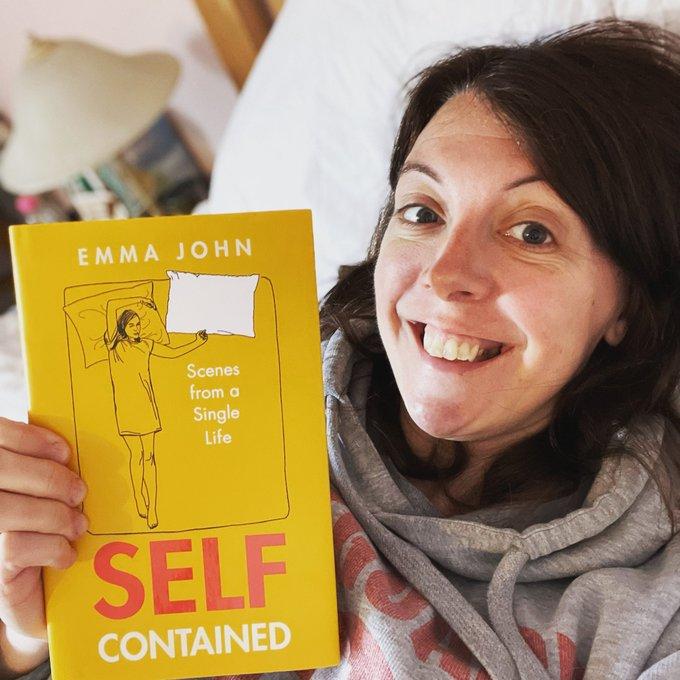 Emma John sosteniendo un libro ;Tiene 40 años, es soltera, sin hijos y quiere inspirar a otras a seguir su ejemplo