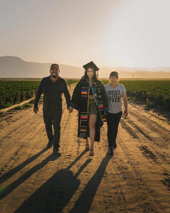 Tras graduarse de la universidad, joven regresa al campo para agradecer a sus padres