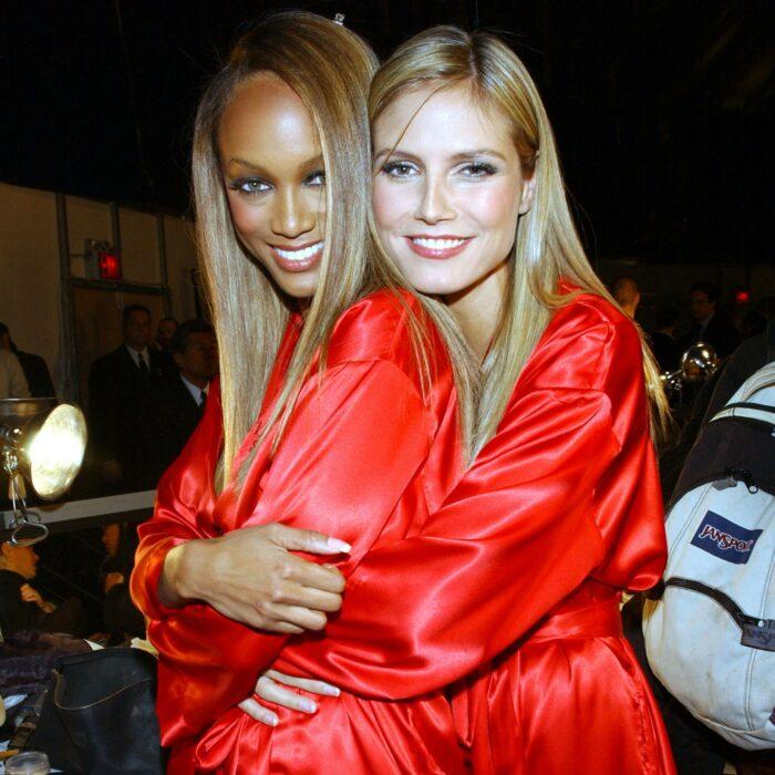 Heidi klum y tyra banks abrazadas después del show de victoria secret