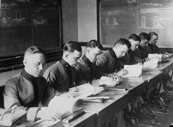 Militares tomando clases