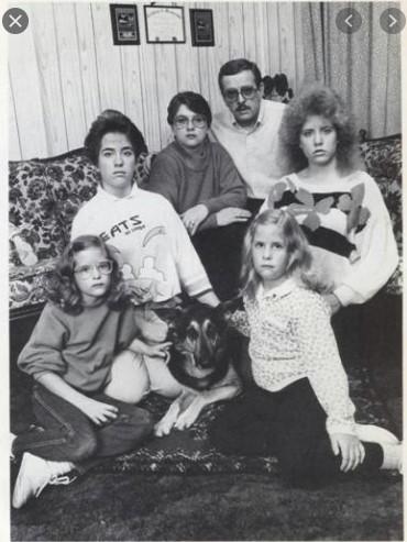 Familia Smurl sentados en el sofá  de su casa