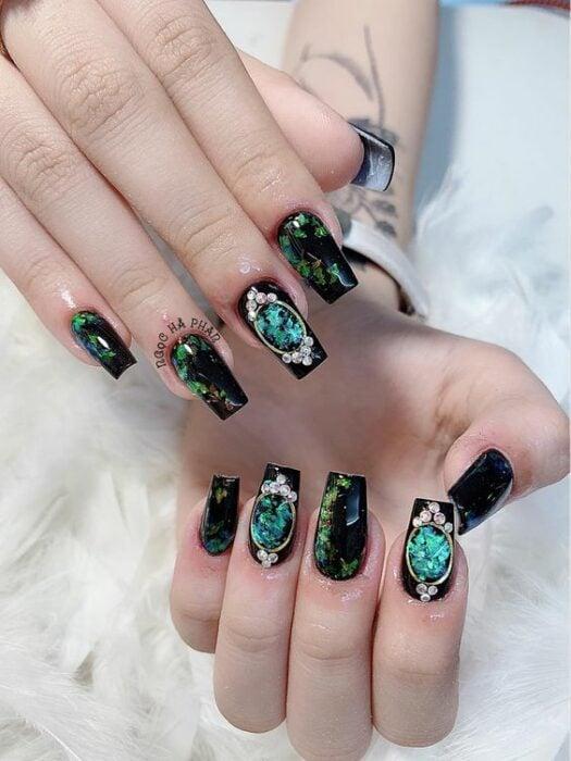 Manicura en negro con verde esmeralda ;14 Manicuras estilo rococo para llenar tus uñas con piedritas