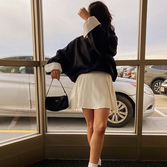 chava de cabello largo castaño oscuro, claro, corto, rubio. con luces, usando una minifalda negra, blanca, de cuadros, amarilla, con tablones, botines, playera, blusa, camisa y camiseta amarilla, azul, rosa pastel