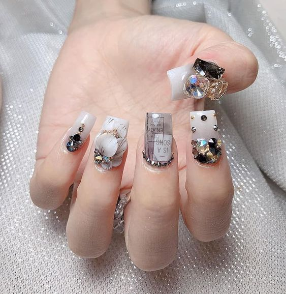 Manicura blanco con gris ;14 Manicuras estilo rococo para llenar tus uñas con piedritas