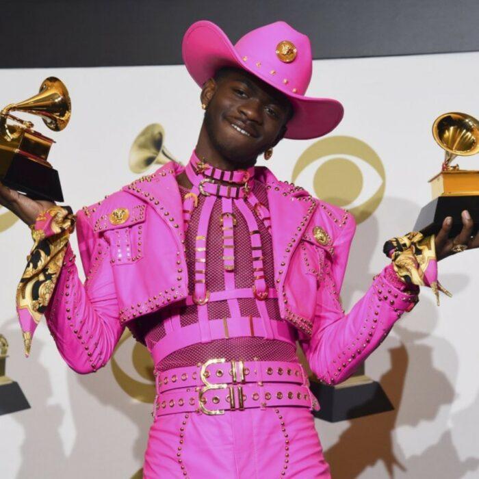 Lil Nas X sosteniendo sus premios durante los grammy