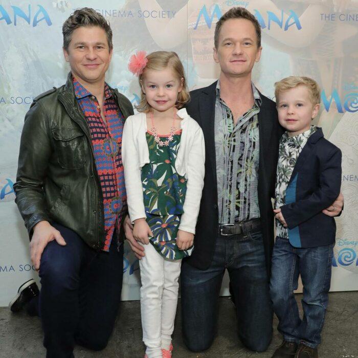 Neil Patrick Harrispodando para una foto junto a su familia
