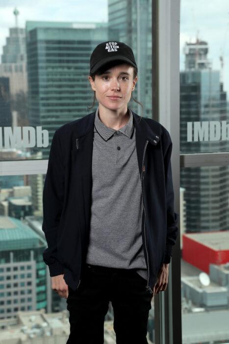 Elliot Page posando para una fotografía de una revista