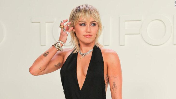 Miley Cyrus posando para una fotografía durante una alfombra roja