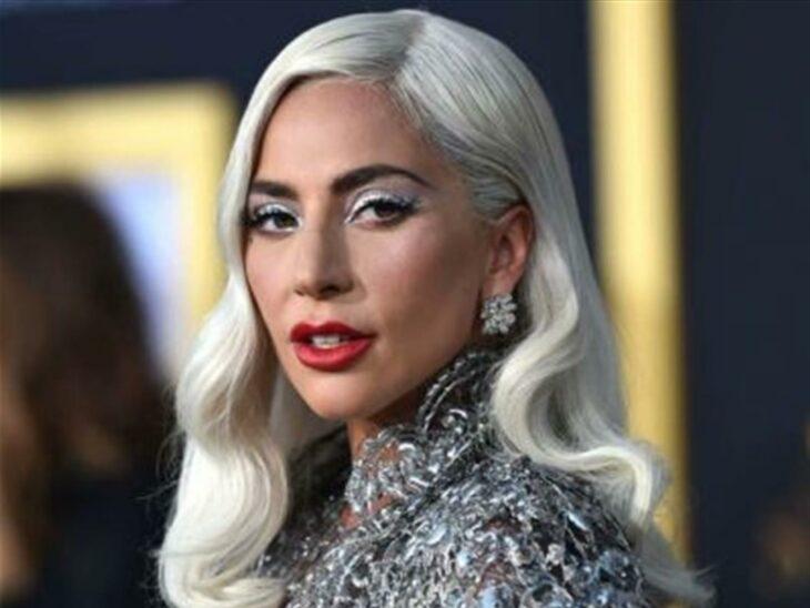 Lady Gaga posando para una fotografía en una alfombra roja