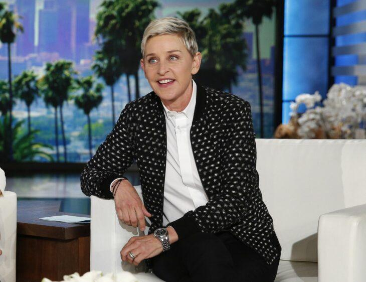 Ellen DeGeneres sentada en un sofá durante su programa