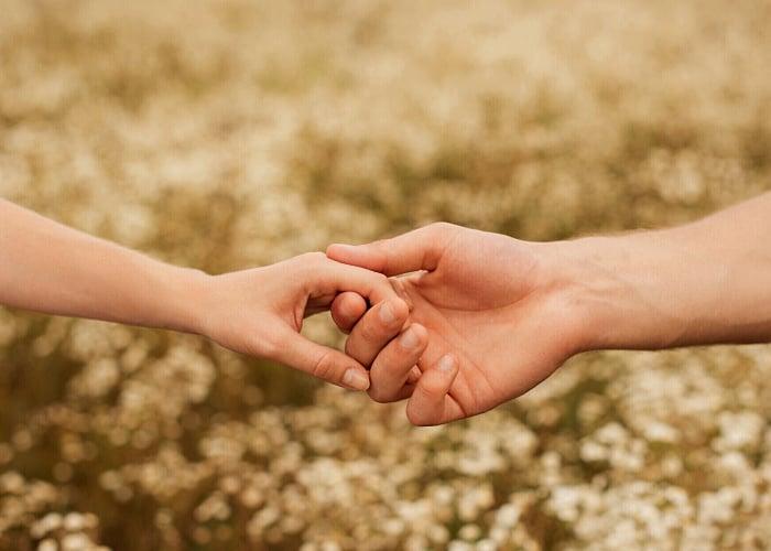 mano de una mujer y un hombre, romántico