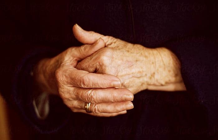 manos de mujer mayor, ancianita, abuelita