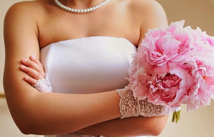 novia cruzada de brazos