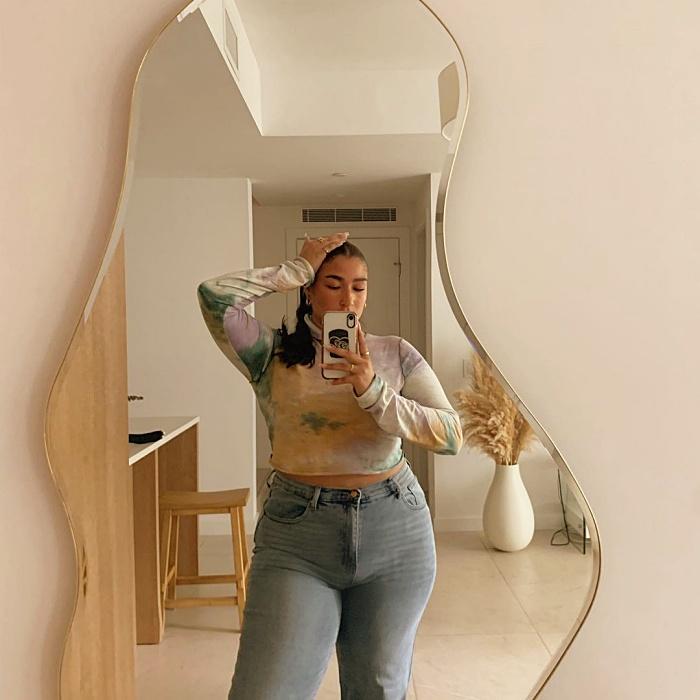 chica de cabello largo oscuro, rubio, chino, lacio, largo, corto usando un vestido, pantalones, shorts, blusa, botines, negro, color pastel, azul celeste, rosa, beige, bolso pequeño