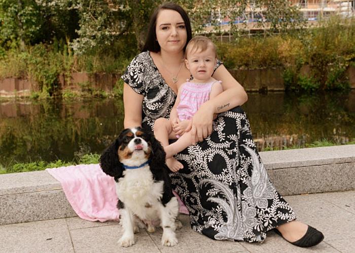 perrito Louie, Shannon y la pequeña Chloe Weeks
