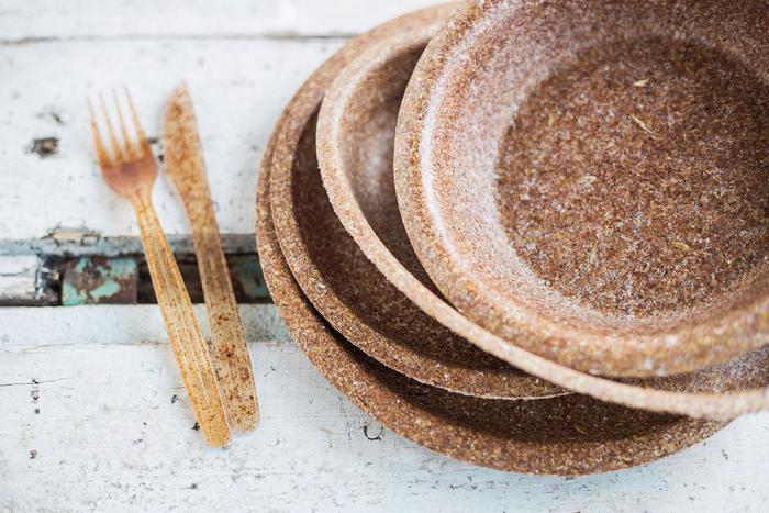 Vajilla de salvado de trigo ;¡Olvídate de lavar los platos! Crean cubiertos y platos que puedes comerte al terminar de usarlos