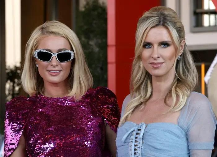 Paris y Nicky Hilton en una alfombra roja; '¿Y dónde están las rubias' se inspiró en Paris y Nicky Hilton y no lo sabíamos