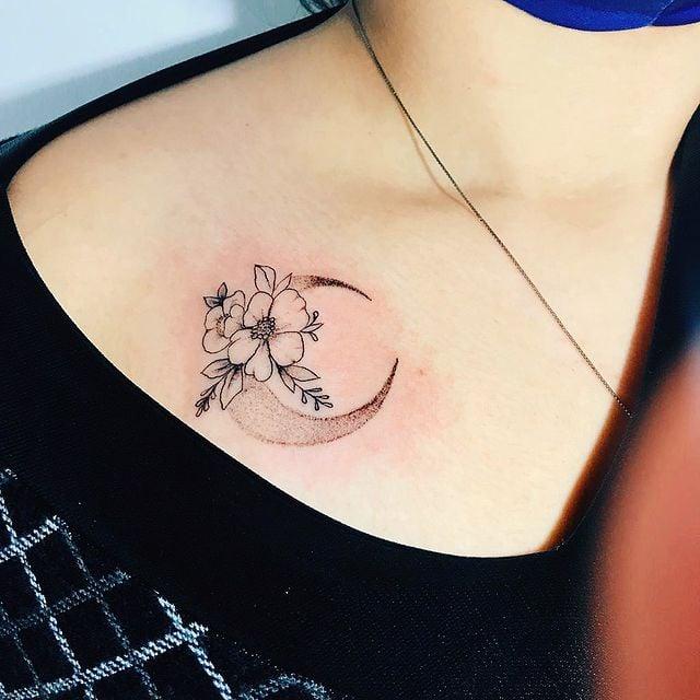Media luna con flores ;13 Tatuajes minimalistas a los que no te podrás resistir
