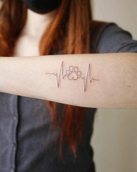 Línea de vida con una huella de perro ;13 Tatuajes minimalistas a los que no te podrás resistir