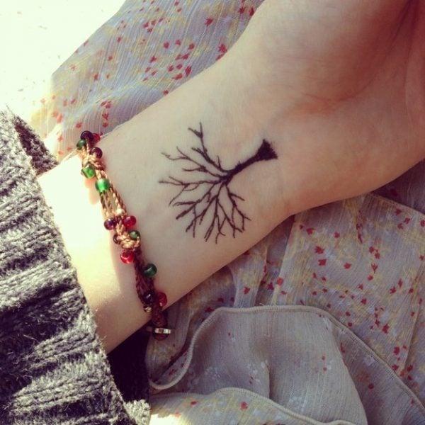 árbol ;15 Ideas para cambiar tus pulseras por tatuajes de mano
