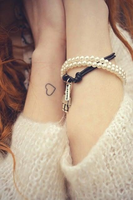 corazón ;15 Ideas para cambiar tus pulseras por tatuajes de mano