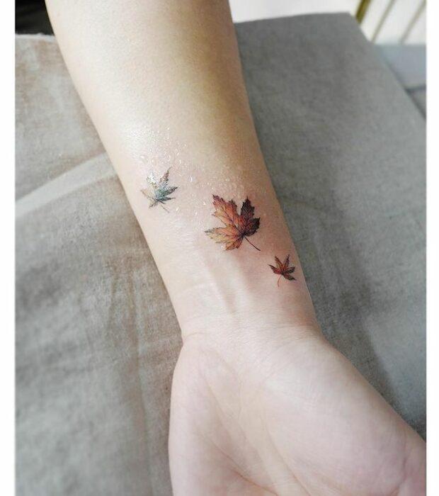 hojas de maple ;15 Ideas para cambiar tus pulseras por tatuajes de mano