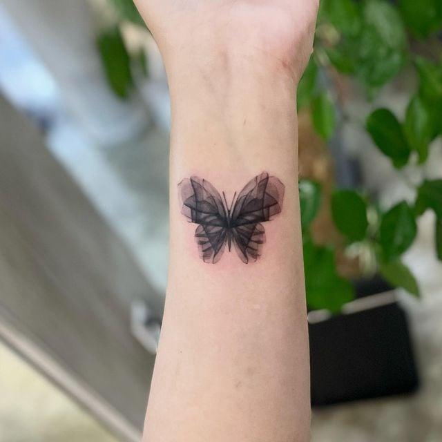mariposa ;15 Ideas para cambiar tus pulseras por tatuajes de mano