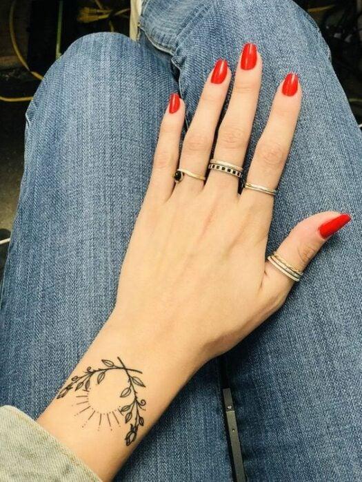medio sol ;15 Ideas para cambiar tus pulseras por tatuajes de mano
