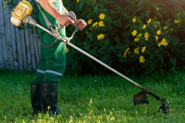 hombre cortando el pasto; ;15 Vecinos tan molestos que no te gustaría vivir en su vecindario