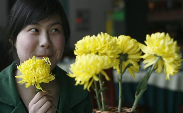 Chico comiendo flores ;15 Vecinos tan molestos que no te gustaría vivir en su vecindario