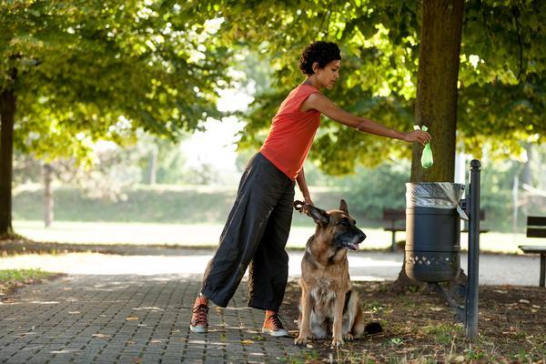 Mujer paseando a un perro ;15 Vecinos tan molestos que no te gustaría vivir en su vecindario
