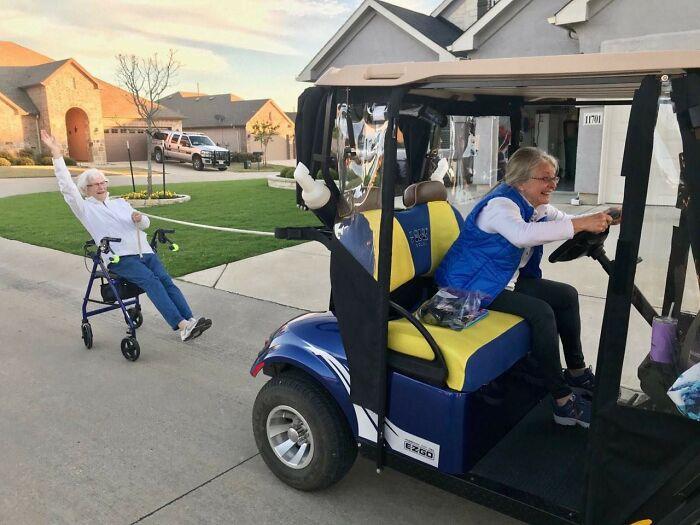 Abuela jugando en silla de ruedas ;16 Abuelitos cuya edad no les impide divertirse al máximo