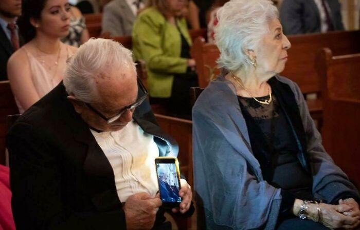 Abuelo tomando una selfie ;16 Abuelitos cuya edad no les impide divertirse al máximo