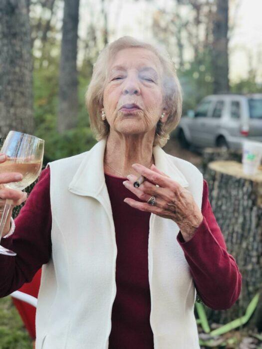 Abuela fumando ;16 Abuelitos cuya edad no les impide divertirse al máximo