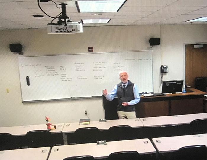 profesor dando clases ;16 Abuelitos cuya edad no les impide divertirse al máximo