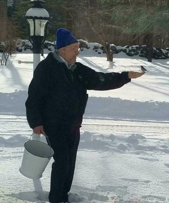 Abuelo sosteniendo un cubo de agua ;16 Abuelitos cuya edad no les impide divertirse al máximo