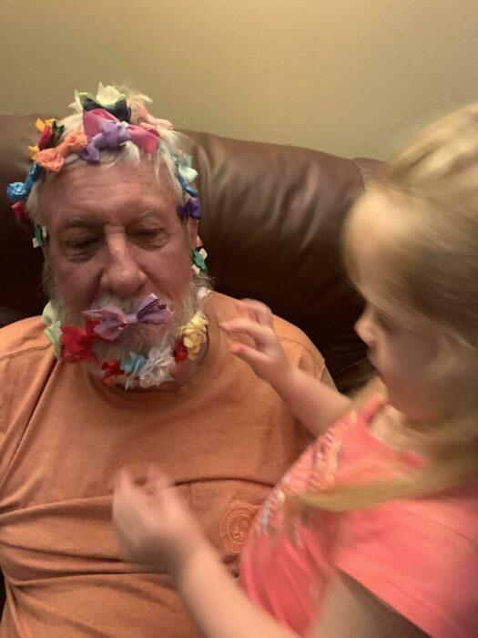 abuelito con moños en la barba ;16 Abuelitos cuya edad no les impide divertirse al máximo