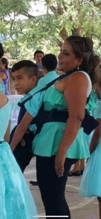 Maestra conmueve al bailar el vals de graduación con alumno que tenía discapacidad