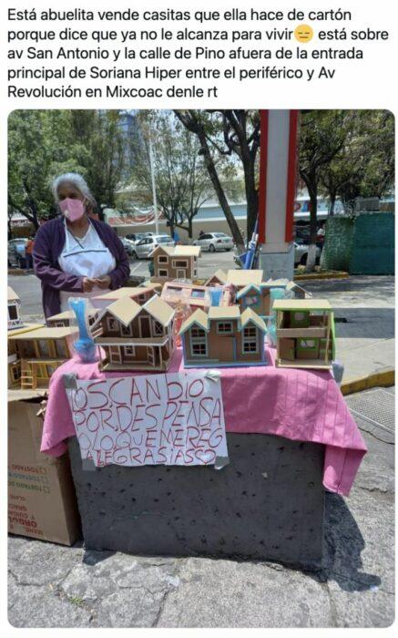 Tuit abuela vendiendo casas de cartón