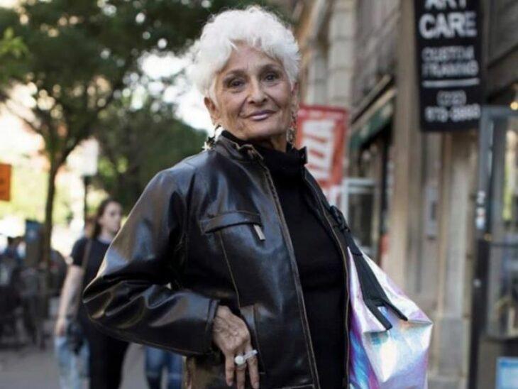 Mujer llevando chaqueta de cuero ;Abuelita de 85 años abre su perfil en Bumble y consigue muchas citas