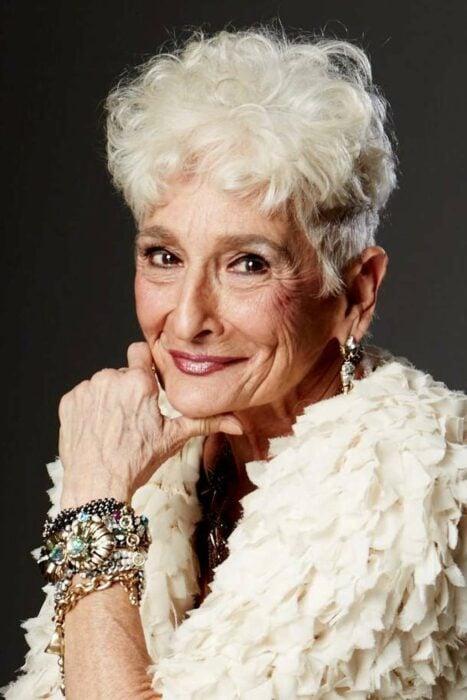 Mujer sonriendo ;Abuelita de 85 años abre su perfil en Bumble y consigue muchas citas