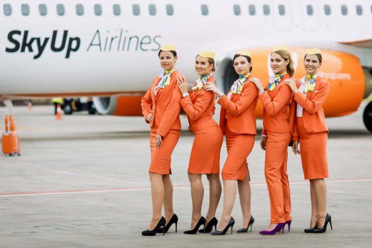 Azafatas con uniforme a falda ;Aerolínea ucraniana cambia la falda y tacones de sus azafatas por trajes sastres y tenis deportivos