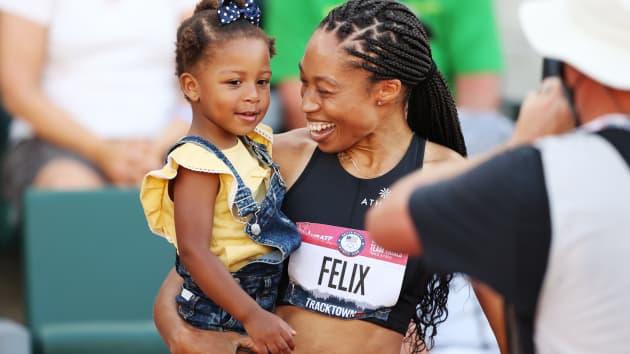 Mujer cargando a su hija ;Allyson Félix, la atleta que discriminaron por ser madre y regresó a casa con una medalla olímpica