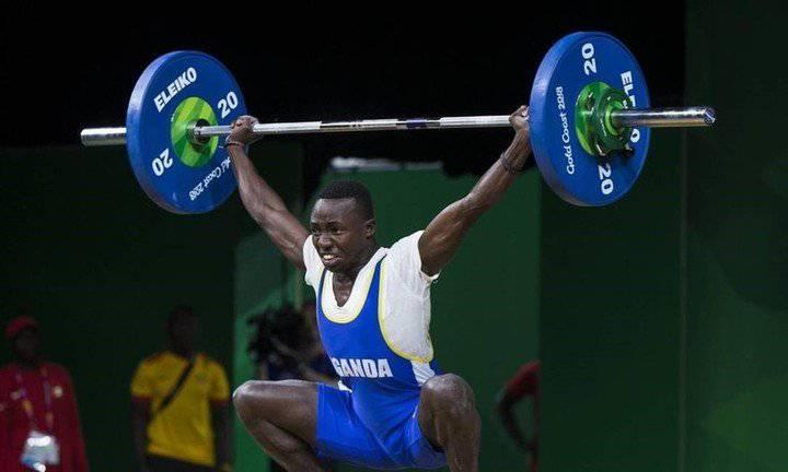 Juliuis Ssekitoleko levantando pesas; Atleta de Uganda se fuga para buscar trabajo y comenzar una nueva vida en Japón