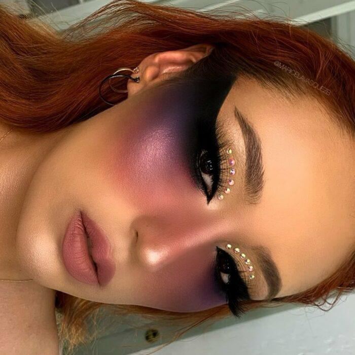Chica con los ojos pintados en la tendencia Bardot Eyes